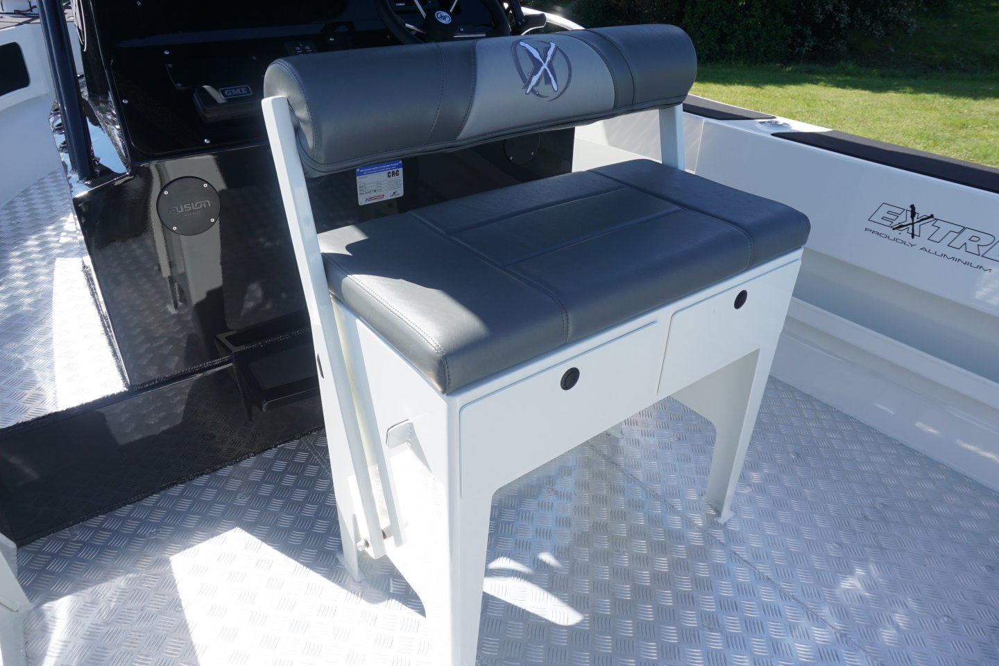 Leaning post seat with draws